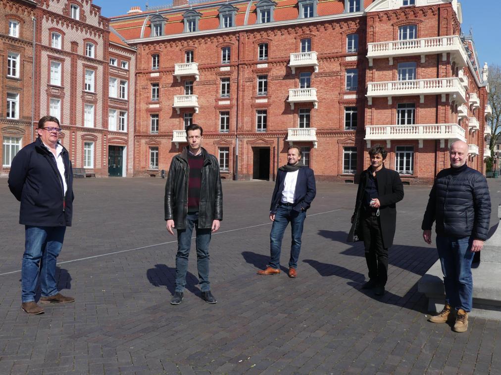 De gauche à droite, Jean-Luc Gorez, Laurent Hubard, Arnaud Berger, Stéphane Cassé, Christian Bruere, au familistère pour leur projet de formation.