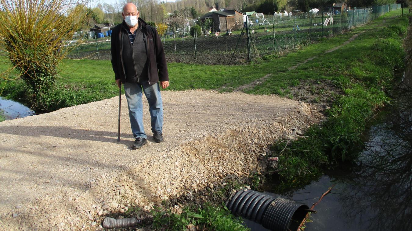 Le tuyau en ciment, qui servait à l'écoulement des eaux de pluie, était cassé depuis des années. Il a été remplacé par un tuyau en plastique.