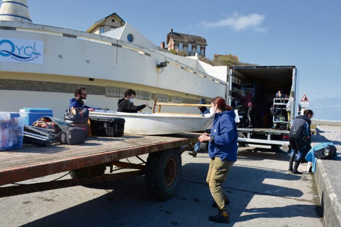 L'équipe de tournage a reçu l'aide d'un pêcheur professionnel local pour transporter le matériel sur la plage (Photo PN)
