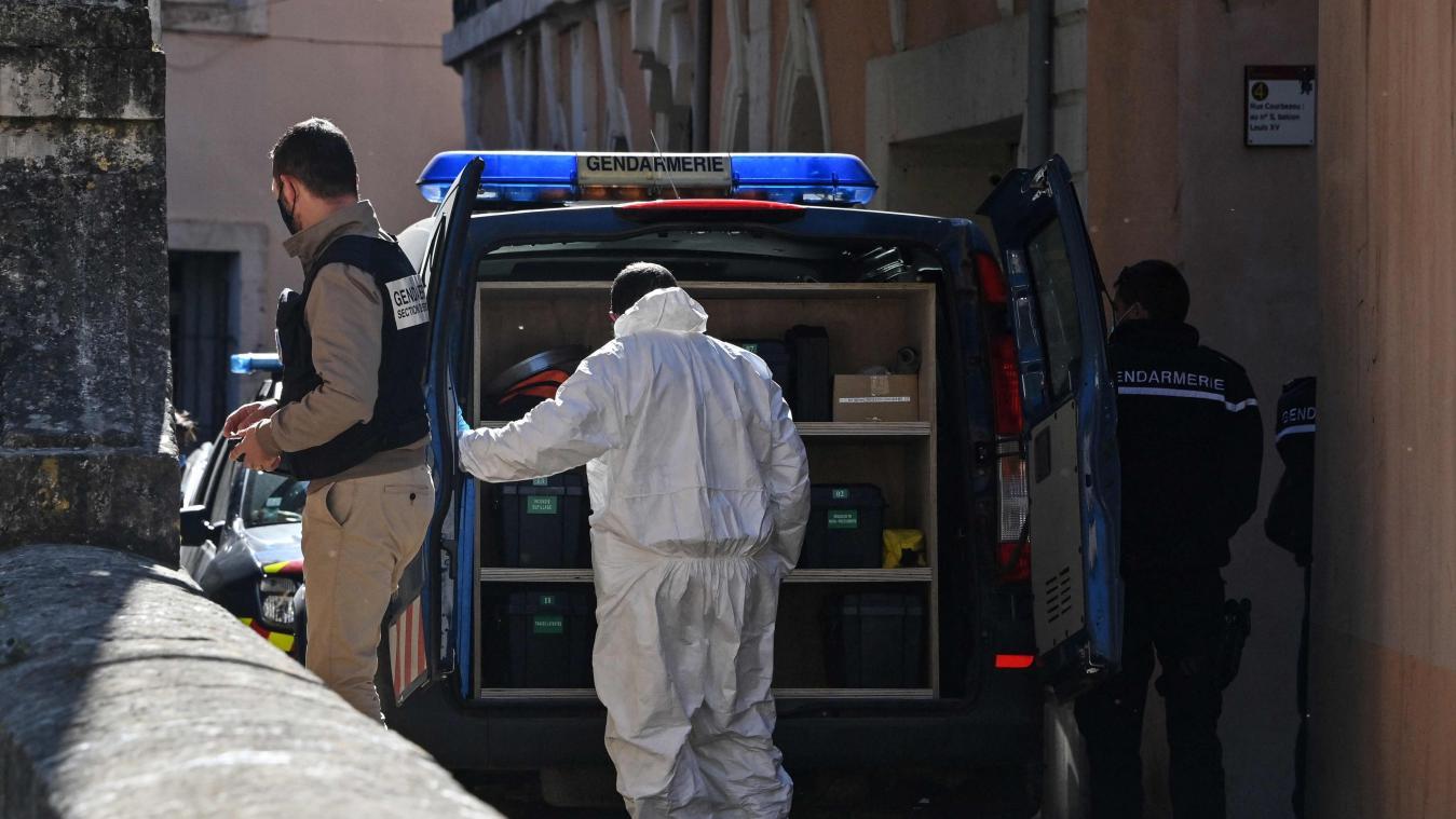Mercredi après 17h, une vingtaine de membres de la gendarmerie et de la police scientifique s'affairaient toujours sur les lieux, dans le centre de Bédarieux, à une trentaine de kilomètres au nord de Béziers près d'un petit ensemble de logements aux murs roses et aux volets verts