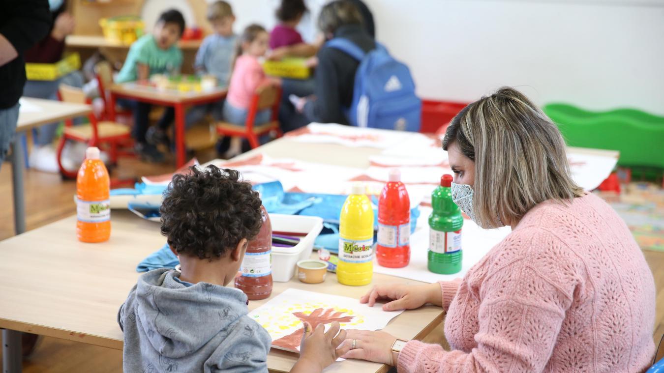 Les tout-petits se voient proposer des activités diverses qu'ils choisissent selon leurs envies.