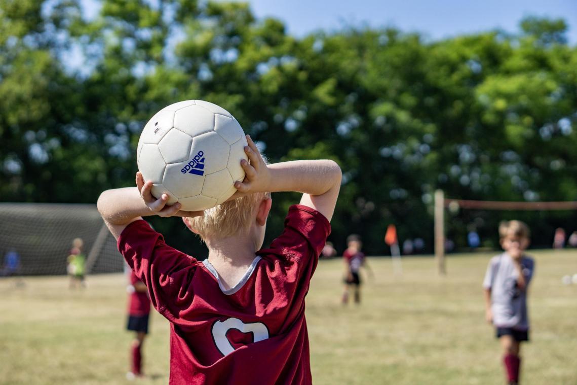 La pratique sportive individuelle reste possible en extérieur tant dans l'espace public que dans les équipements sportifs de plein air.