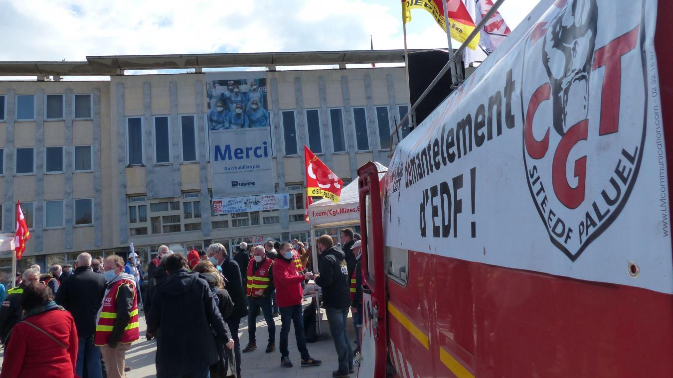 Les manifestants ont investi le parvis de la mairie de Dieppe, jeudi 8 avril 2021