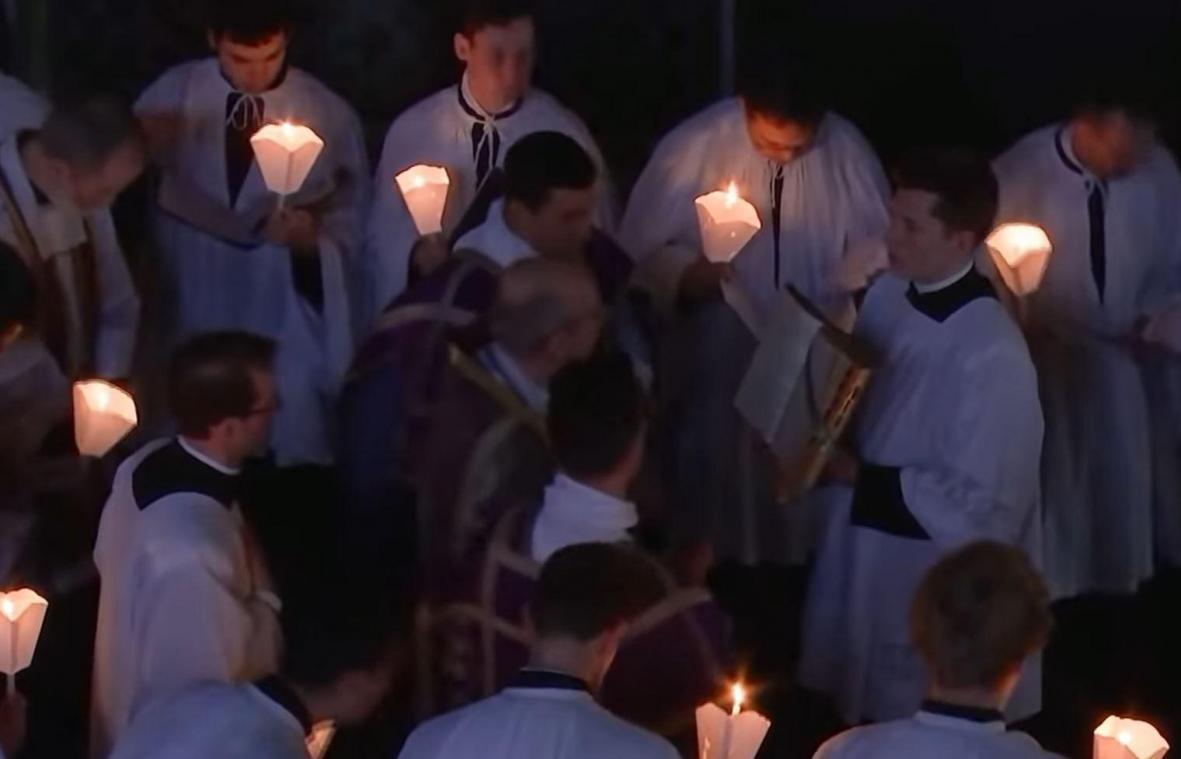 Suite à cette messe sans masque ni respect des gestes barrière, deux personnes sont en garde à vue