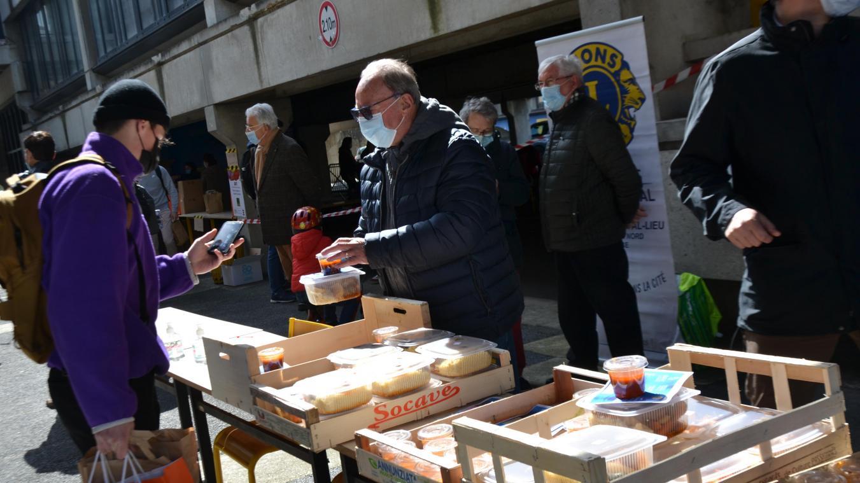 Neuf bénévoles des Lions Club de Compiègne Royal Lieu et Noyon ont participé à cette distribution.