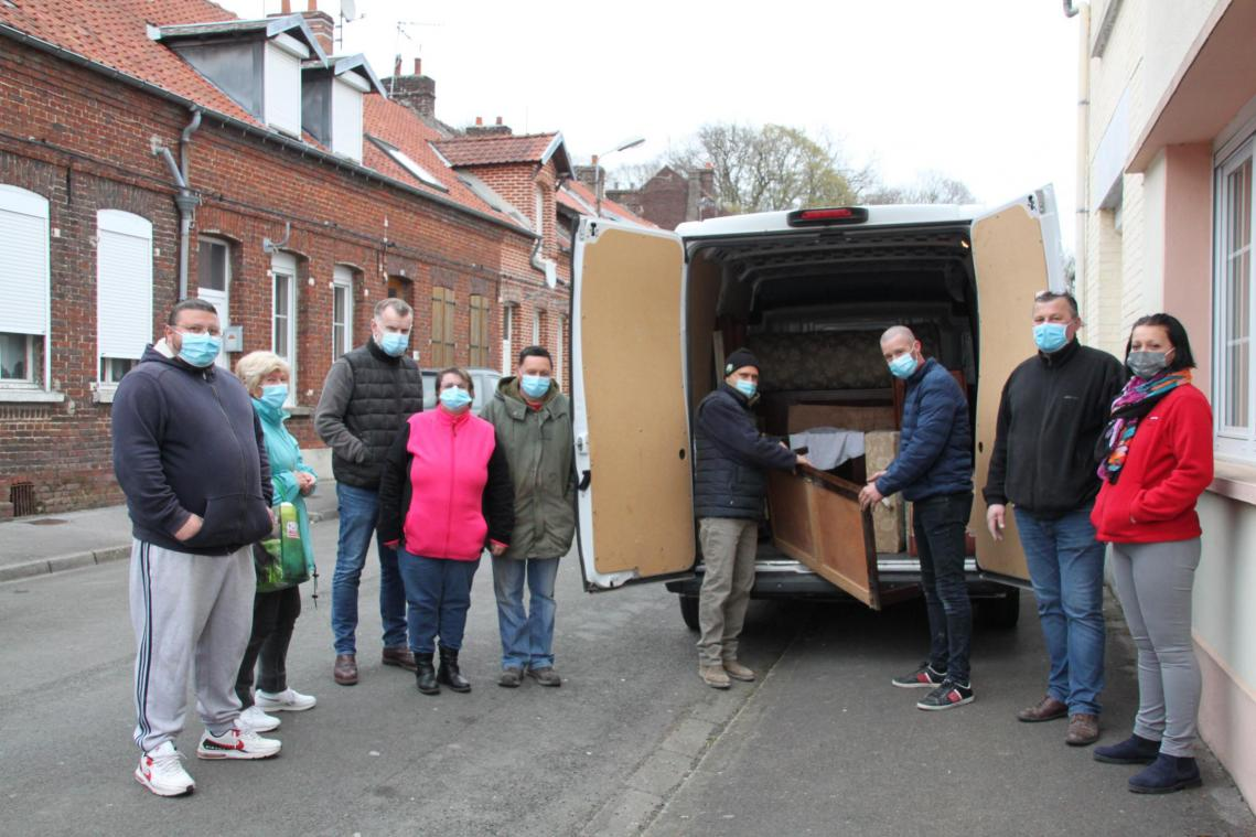 Le maire, des élus et bénévoles ont récupéré des meubles.