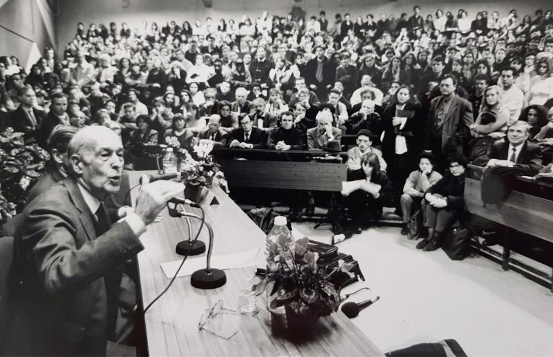 Valéry Giscard d'Estaing, en 1992, en compagnie de Jean Lecanuet et Pierre Albertini. Ci-contre : VGE face aux étudiants rouennais en 1996. (Photos archives PN)