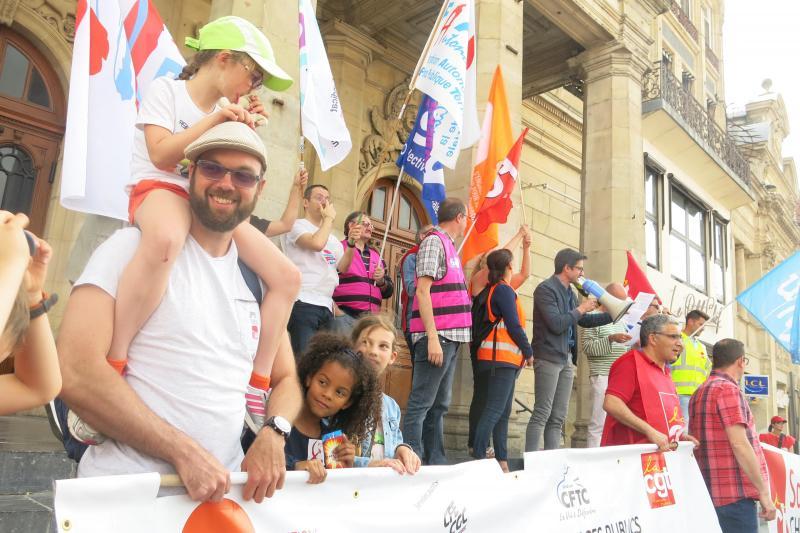 Aurélien Jan (au premier plan), élu communiste d'opposition à Saint-Quentin, lors d'une manifestation en 2018. Il a réalisé le logo et l'affiche de l'exposition nationale sur l'histoire du PCF.