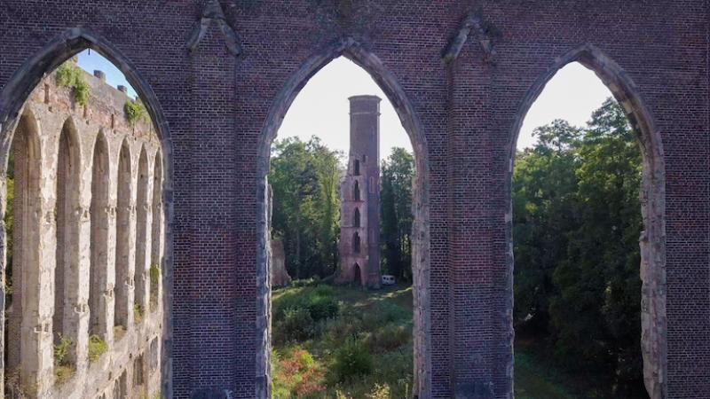 La filature se dresse au bord de l'Andelle depuis 1861. Ses tours s'élevaient à 36 mètres. (Photo Département de l'Eure)