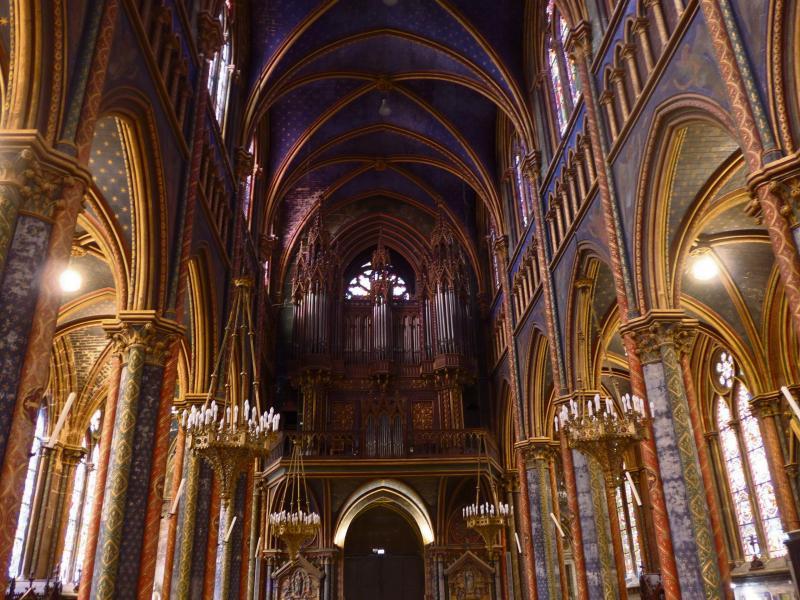 L'intérieur de la basilique entièrement peint, avec l'orgue datant de 1857 (Photo Paris-Normandie)