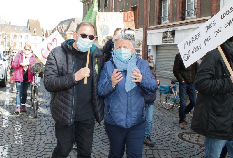 Dans le cortège, l'écologiste Jean-Marie Martin et la communiste Maryvonne Hannoteaux, candidats de la liste « Évreux ensemble » aux municipales 2020. (Photo : PN)