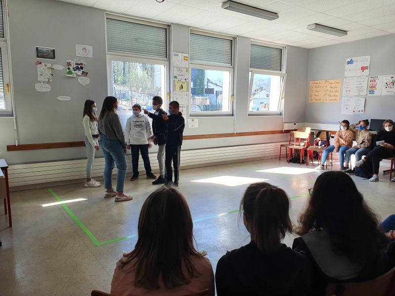 Devant leurs camarades, les élèves de 5e ont joué la joie, la tristesse ou la colère en improvisation. (Photo PN)