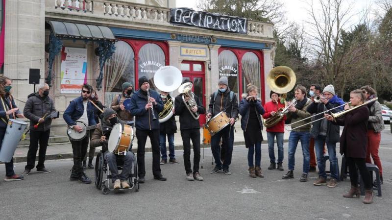 Les intermittents se sont regroupés devant le cirque Jules-Verne samedi après-midi.