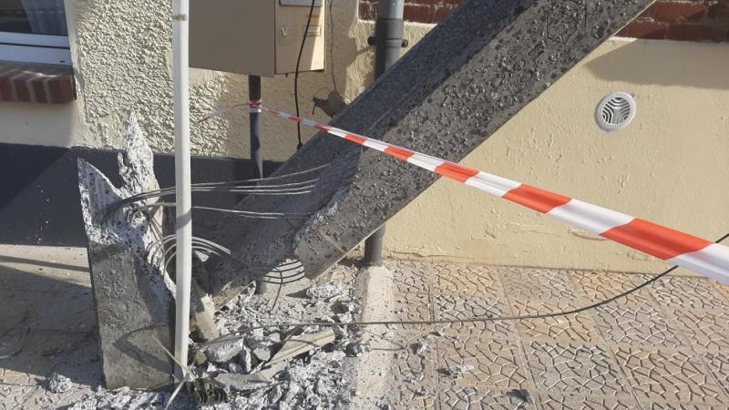 Le poteau électrique a été arraché au niveau de sa base.