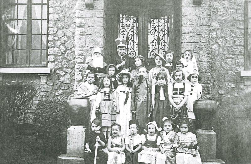 Des enfants devant l'entrée de sa maison de la rue des Fontaines, où elle avait installé Le Nid joyeux.