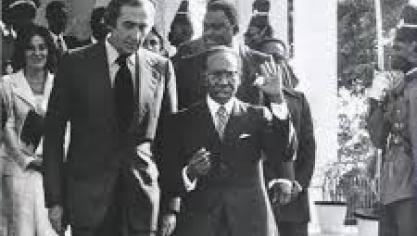 Pierre Soulages et Léopold Sédar Senghor à l'occasion de l'exposition du peintre au musée dynamique de Dakar en 1974 (photo D.R)