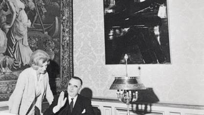 Dans son bureau de Matignon, Georges Pompidou et son épouse Colette ont choisi une oeuvre de Pierre Soulages pour orner l'un des murs (photo D.R)