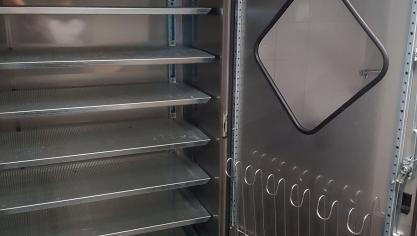 5- Retour des terrains et passage obligé par le décrottoir et cette machine. Une armoire séchante où les joueurs déposent leurs chaussures ainsi que leurs gants pour les gardiens. Un traitement à l'ozone permet d'éviter la propagation des champignons.