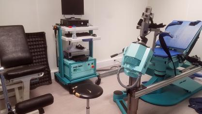 6- Face aux salles d'activation et de kiné où les joueurs peuvent bénéficier de compléments de séance, une salle de rééducation. On y trouve notamment cette machine permettant de pratiquer des exercices d'isocinétisme.