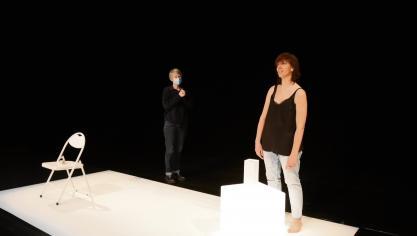 Sur l'intime scène de l'Atelier, la comédienne Sandrine Delsaux (à droite) a peaufiné sa « Lettre d'une inconnue », guidée par la mise en scène de Sophie Thebault. C'est l'un des spectacles de la saison qui ont été annulés. (Photo PN)