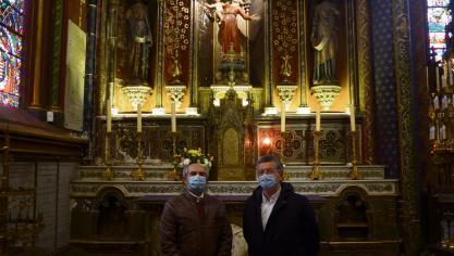 Jean-Pierre Lecerf et Marc Layet, de l'association Demain la basilique, près de la Vierge à l'enfant du XVIe siècle qui nécessite une restauration. (Photo Paris-Normandie)