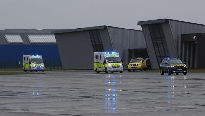 Escortées par la gendarmerie, les deux ambulances sont entrées dans l'aéroport à 9 h 15.