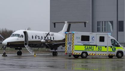 Le transfert des deux patients entre les ambulances et l'avion médicalisé a pris plus d'une demi-heure.