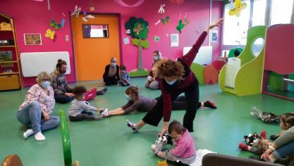 Deux danseuses viennent échanger avec le jeune public. (Photo Lillebonne)