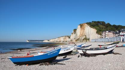 ... Et par la plage d'Yport, avec vue sur Fécamp. (Crédit Jean-Pol Grandmont Wikimedias)