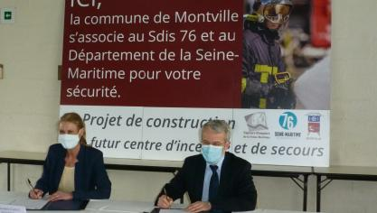 Anne-Sophie Clabaut and André Gauthier sign the pre-deed of transfer.  (Photo PN)