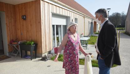 Andrée Paumet clame sa joie d'habiter la résidence à Jacques Desmidt. (Photo M. C./PN)