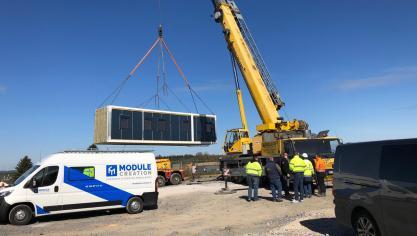 Le premier module de la micro-crèche a été posé à Sains-Richaumont à l'aide d'une grue