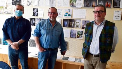 François Bonnet, Gilles Séguéla et Laurent Farrault (de gauche à droite) ont collaboré à la réalisation d'un ouvrage inédit sur la verrerie d'Holophane (Photo PN)