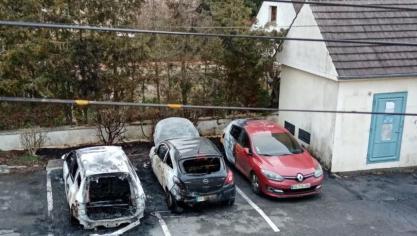 Sur un parking de Mouy, trois véhicules s'embrasent subitement