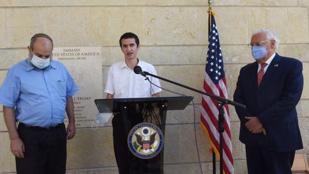 David M. Friedman (à droite), ambassadeur des États-Unis en Israël, et l'américain Menachem Zivotosky (centre), lors de la cérémonie du 30 octobre.