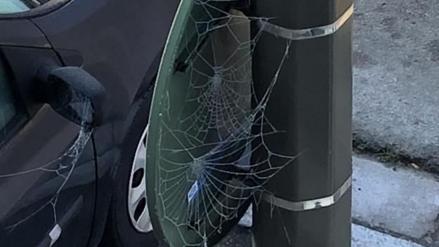 Et que vois-je entre le panneau routier et son cousin, le lampadaire qui le soutient? Une superbe toile d'araignée gelée, givrée.