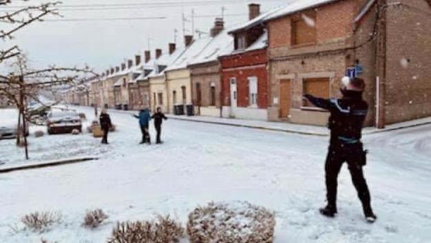 une patrouille de gendarmerie a échangé quelques tirs de boules de neige heureusement avec des enfants de la commune, au bas de la cité des Moulins Bleus.