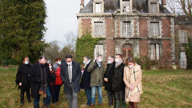 La ferme des Champeaux compte sept bâtiment, dont cette belle demeure que le préfet de l'Eure (au premier plan) a découvert. (Photo : PN)