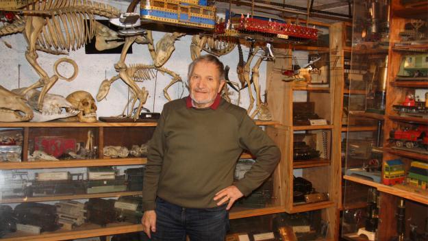Jean-Pierre au milieu d'une petite partie de ses collections. (Photos : PN)
