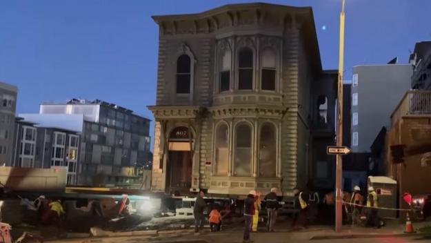 La maison victorienne a été déplacée de quelques rues.