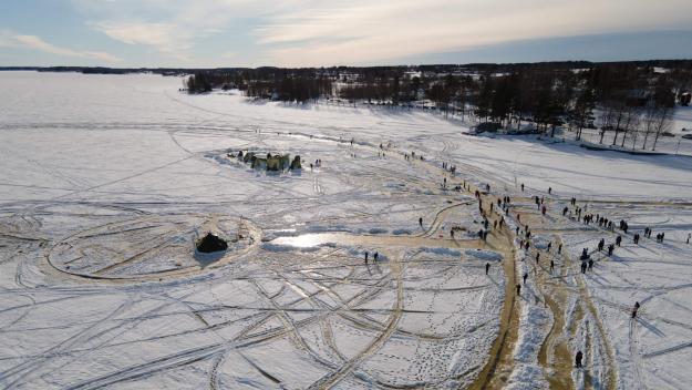 Le principe du «manège de glace»? Une fois son tracé déneigé et découpé, un moteur de bateau relié à l'immense cercle de glace le fait tourner sur lui-même.