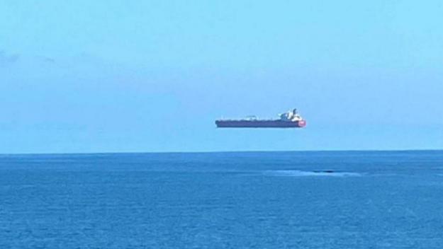 Une image montrant un bateau qui «vole» au-dessus de la Manche fait le tour du web.