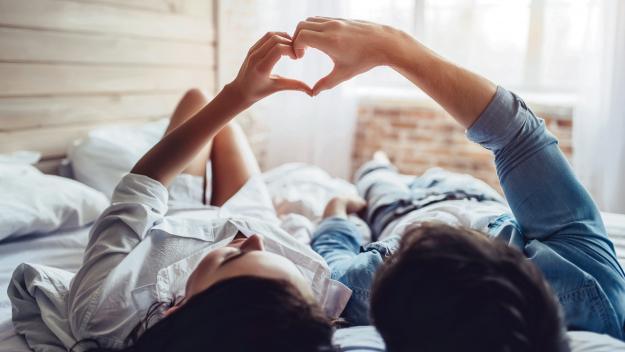Comment vivre une sexualité positive et consentante pour sa vie future ? Jonathan Guilbaut, professeur de Sciences de la vie et de la Terre au Val-d'Hazey, donne ses conseils aux adolescents. (Photo d'illustration : Adobe Stock et J. Guilbaut)