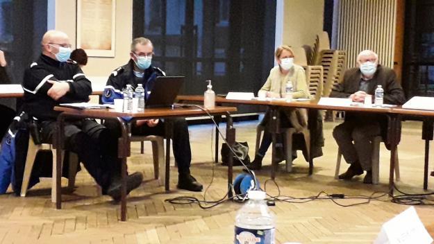 Les maréchaux des logis-chefs Alain Debbagni et Philippe Picard ont présenté aux élus le fonctionnement de la COB de Yerville. (Photo PN)