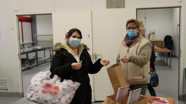 Arielle Gonfray (à dr.) avec une bénéficiaire. 80 kits sont distribués cette semaine à la Croix-Rouge, une trentaine à l'épicerie solidaire. (Photo Paris-Normandie)