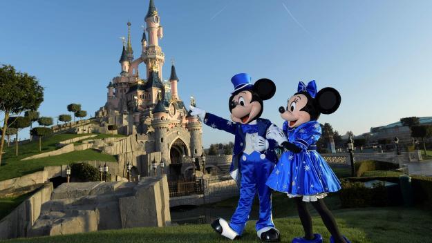 Mickey et Minnie ont encore quelques semaines de repos avant le retour des clients de Disneyland dans le parc.