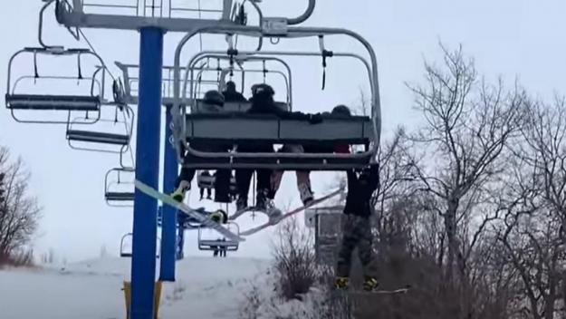 Capture d'écran Youtube Kid Hangs From Chairlift After Slipping From Seat at Saskatchewan Ski Resort.