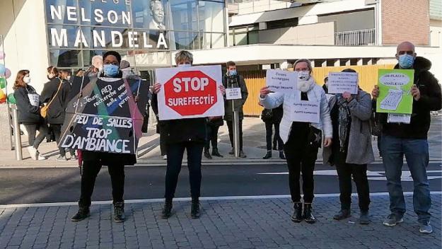 Le 11 mars, les personnels du collège Mandela protestaient contre les effectifs pléthoriques, aujourd'hui, le Département répond (photo archives PN)