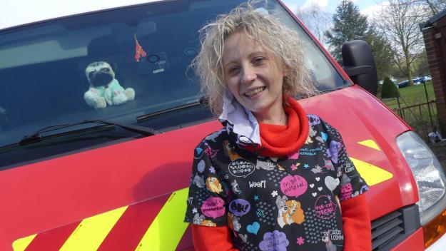 Anne-Laurie Boulart devant son outil de travail, une ancienne ambulance des pompiers reconvertie en salon de toilettage canin et félin.