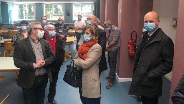 Ce mardi, dans la cantine du collège de Domart-en-Ponthieu, les élus du Département sont venus assurer M. Piègle, principal adjoint de la pérennité de l'établissement.